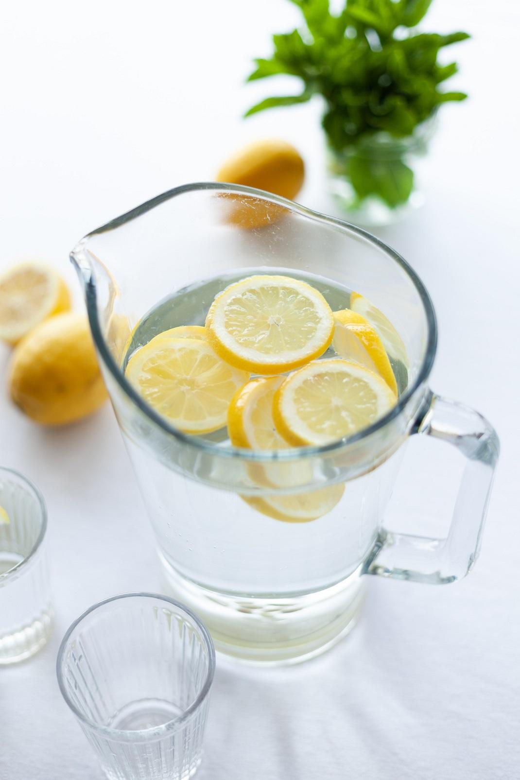 Νερό με λεμόνι σε κανάτα