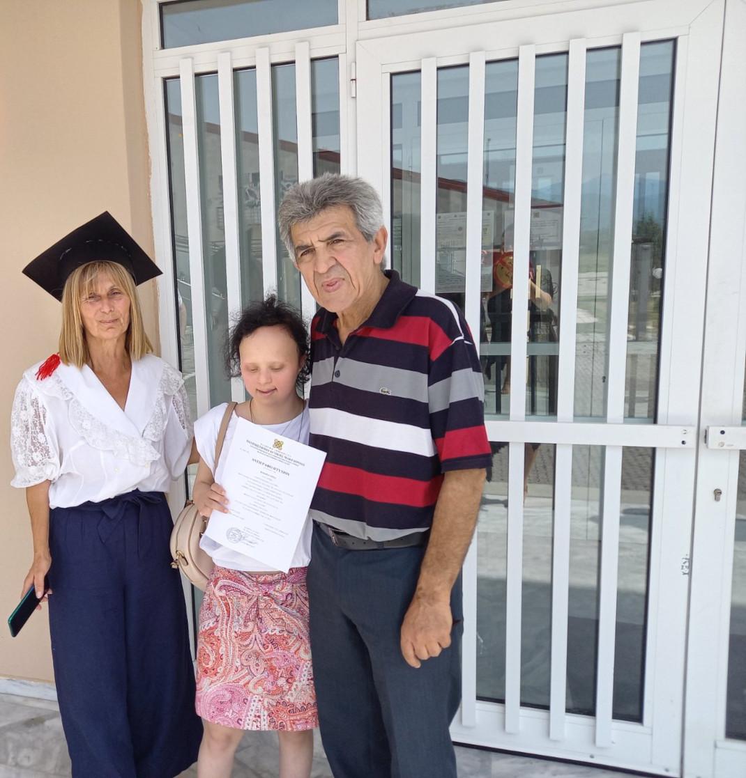 Με τους γονείς της στην αποφοίτησή της