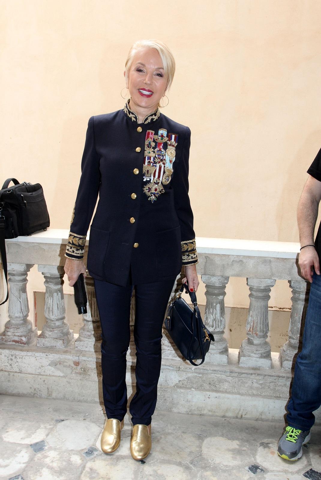 Η Ντέλλα Ρούνικ με παντελόνι και χρυσά παπούτσια