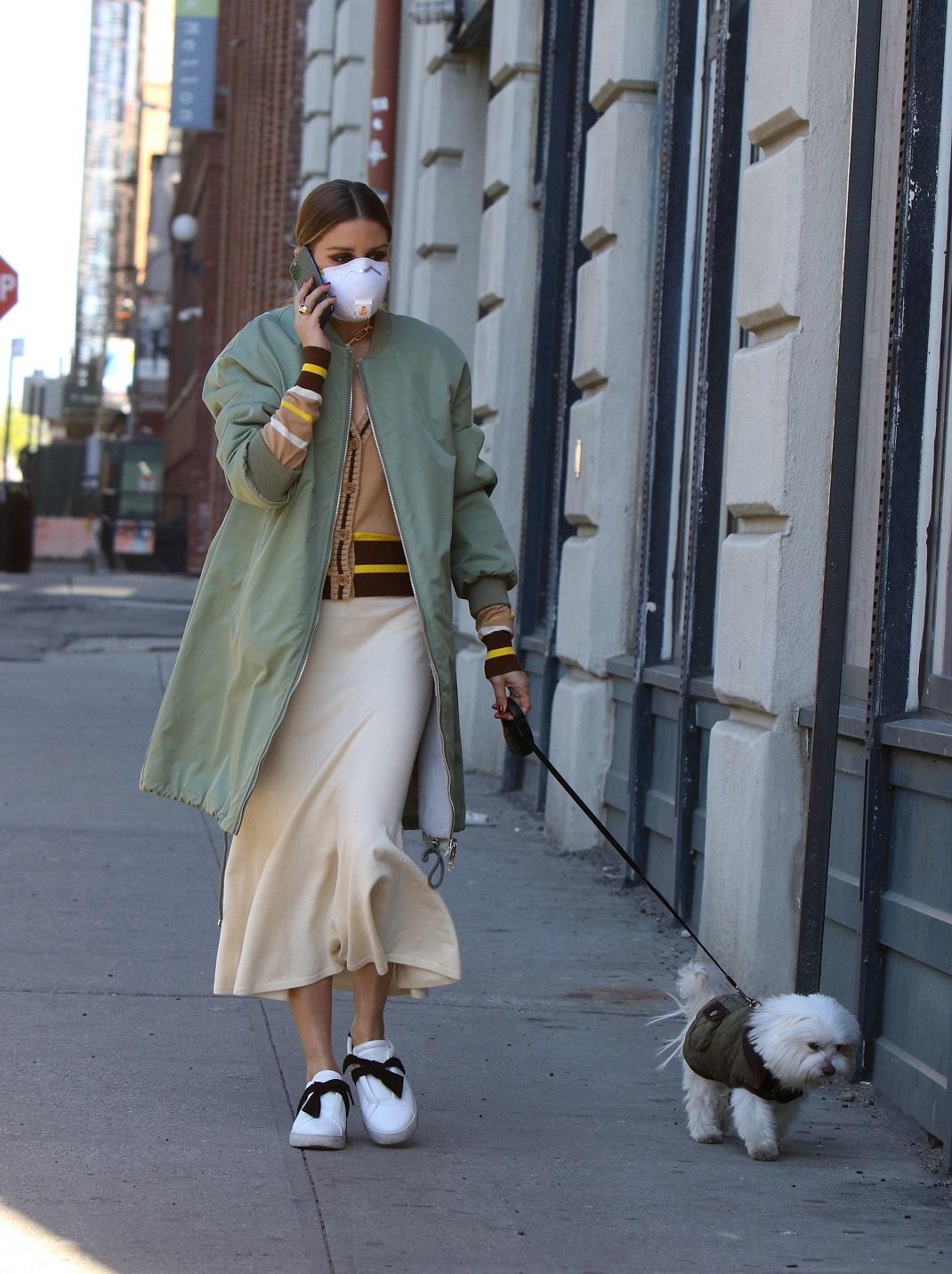 Η Ολίβια Παλέρμο με λευκά sneakers και μάξι φόρεμα