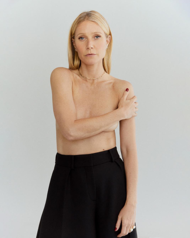 Η Γκουίνεθ Πάλτροου ποζάρει τόπλες για να διαφημίσει τη νέα σειρά κοσμημάτων της