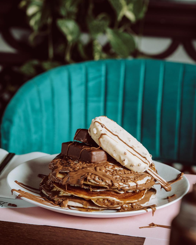Πιάτο με γλυκά pancakes σοκολάτας σε τραπέζι