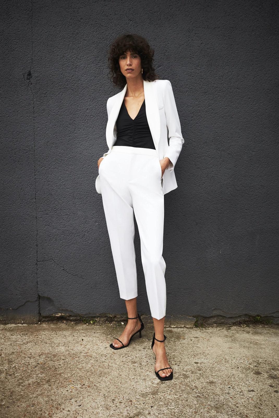 Μοντέλο με ρούχα Zara