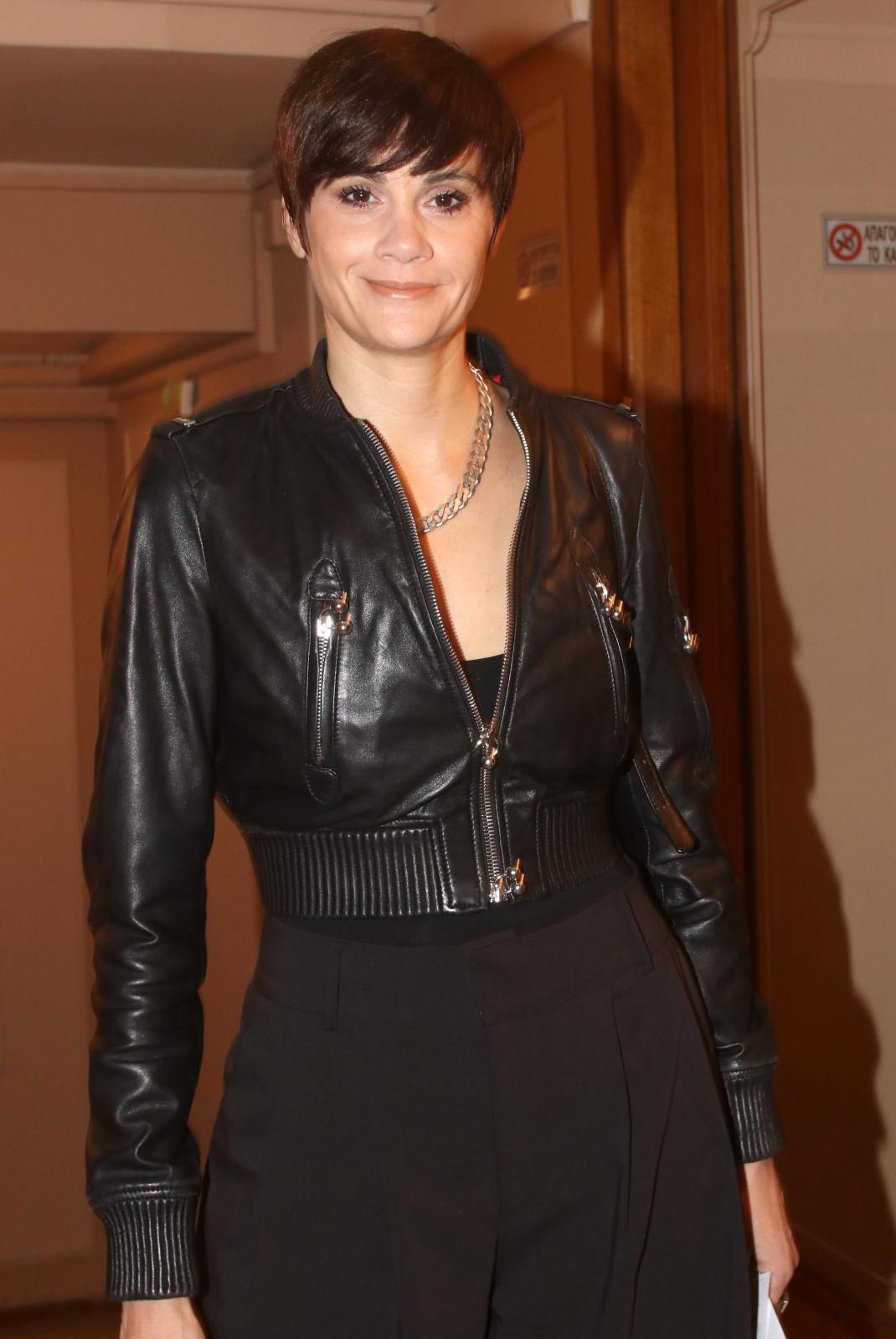 H Αννα Μαρία Παπαχαραλάμπους με κοντά μαλλιά