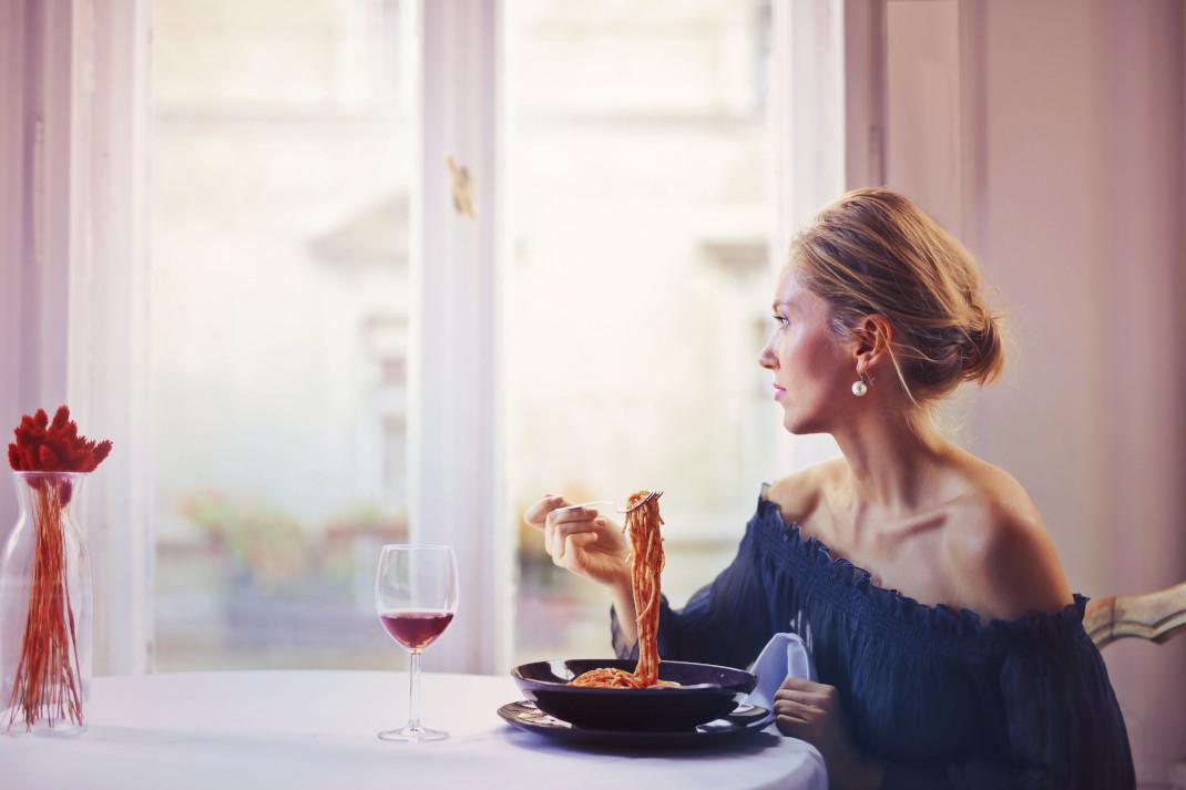 Διατροφή στην εμμηνόπαυση: Τι να τρώει μια γυναίκα, σύμφωνα με διατροφολόγο