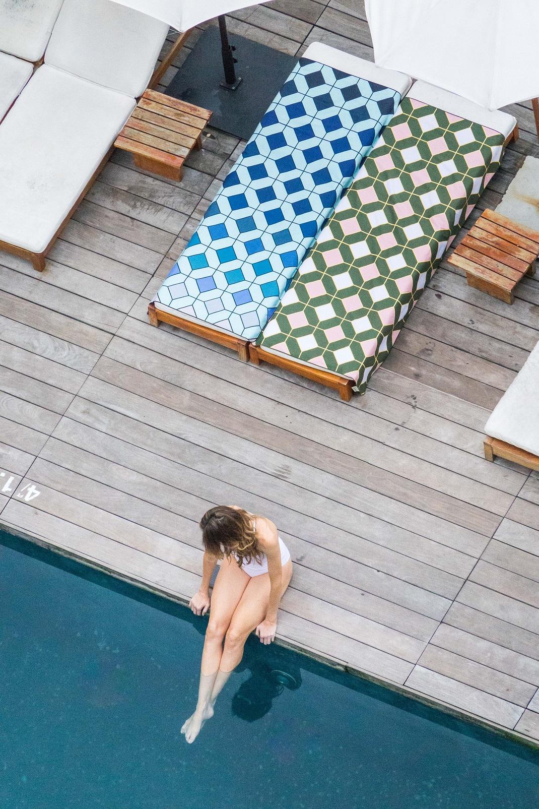 γυναίκα κάθεται σε πετσέτα anaskela