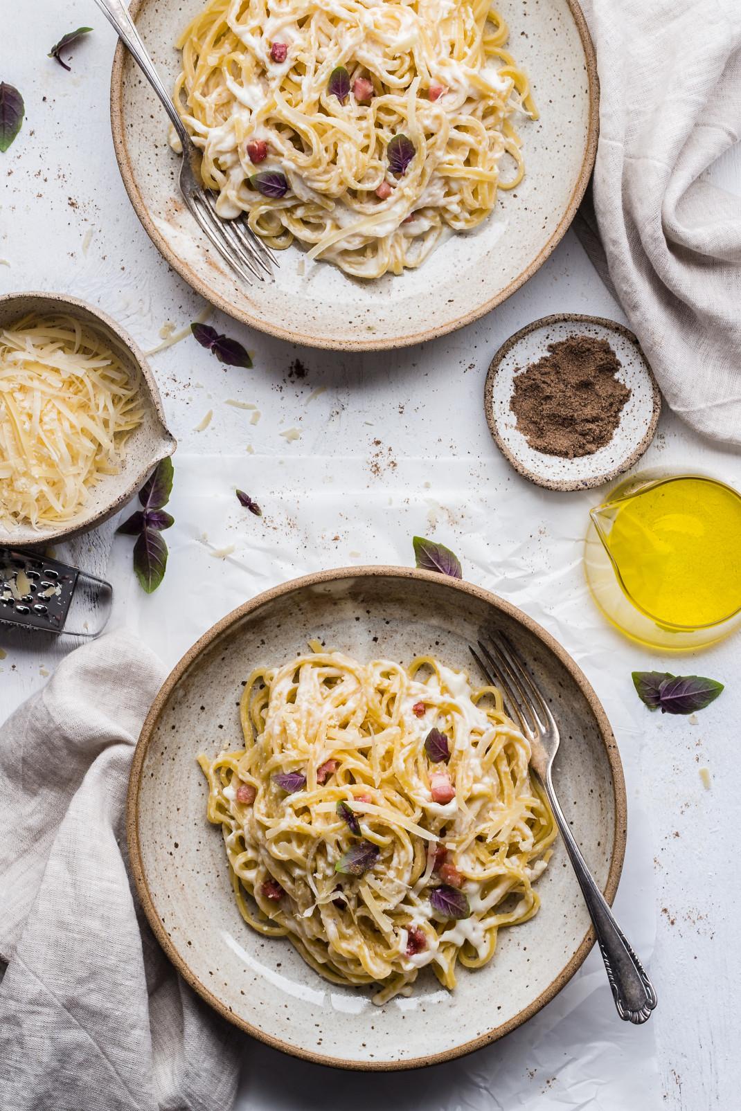 Πιάτα με ζυμαρικά σε τραπέζι