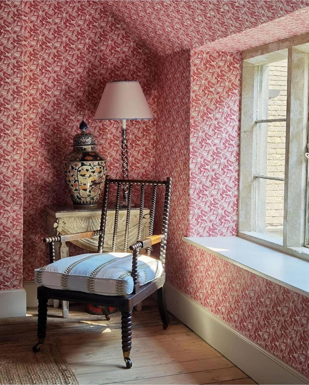 σπίτι με ροζ διακόσμηση