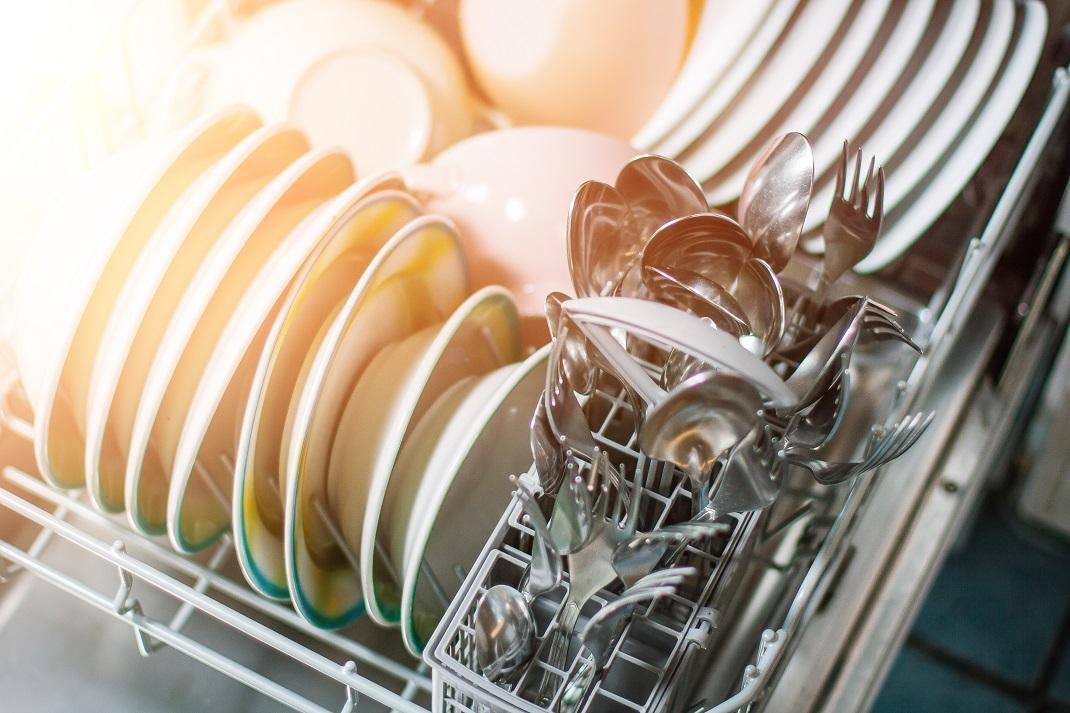 Μαχαιροπίρουνα σε πλυντήριο πιάτων