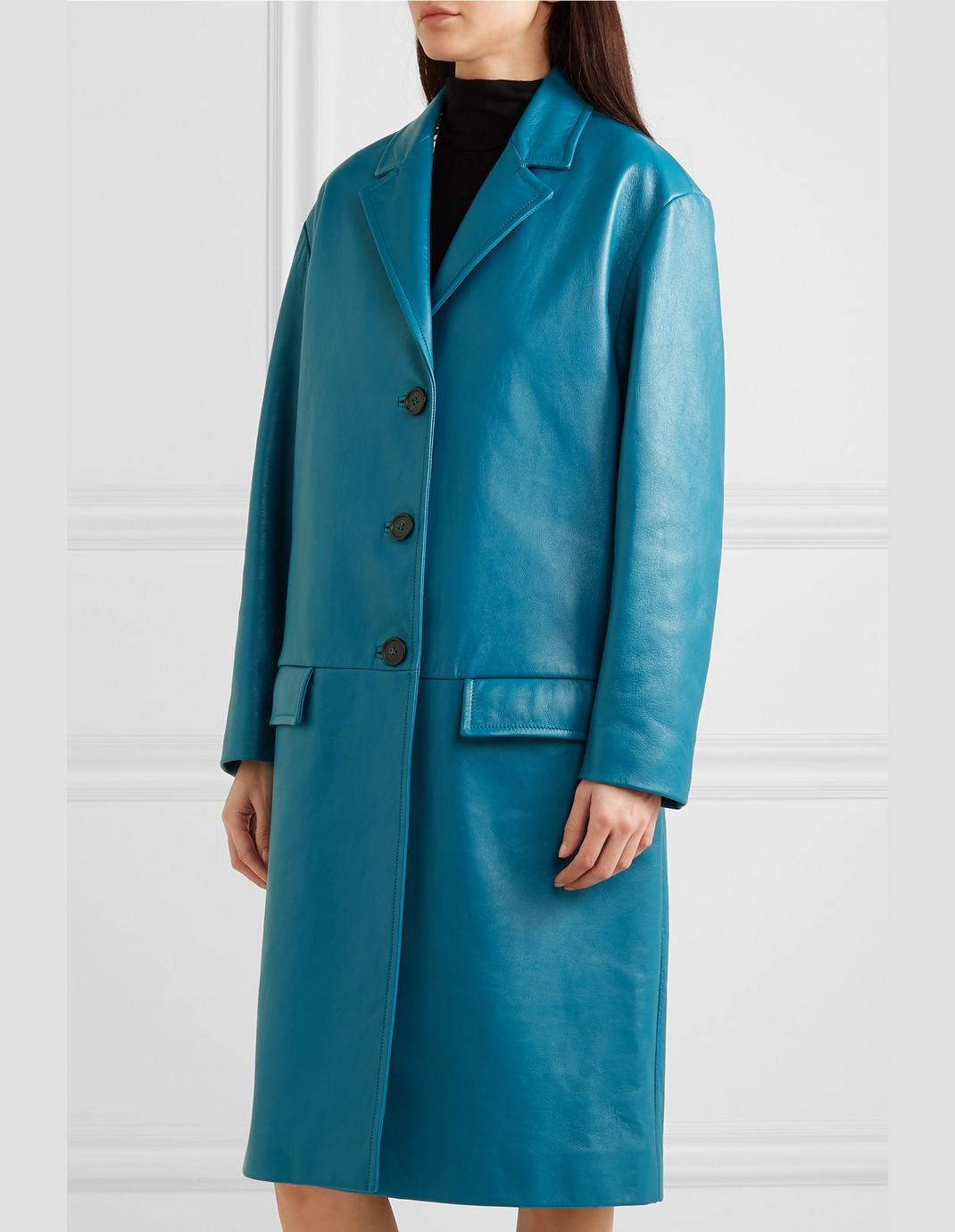 μοντέλο με δερμάτινο παλτό Prada