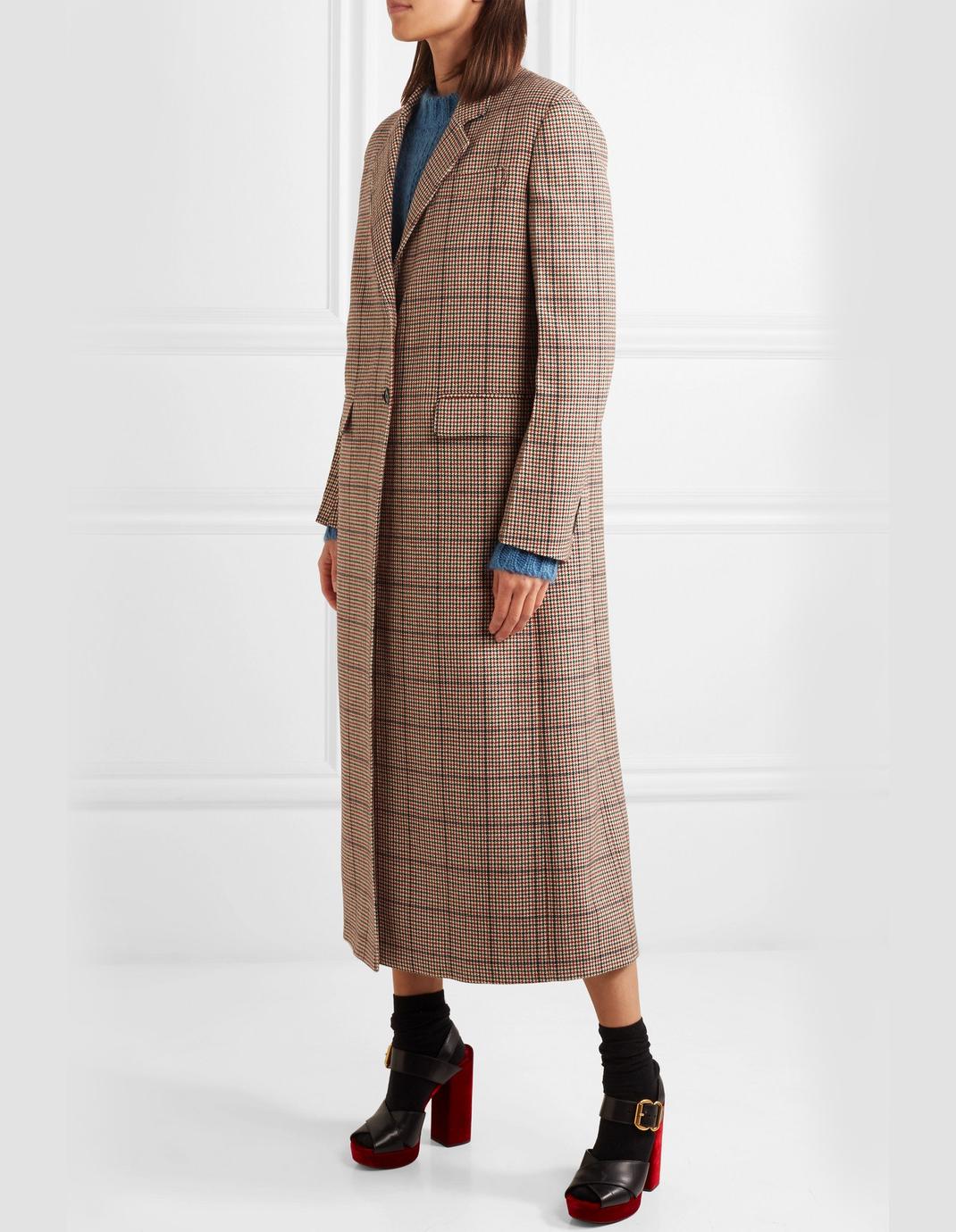 γυναίκα με τουίντ παλτό Prada