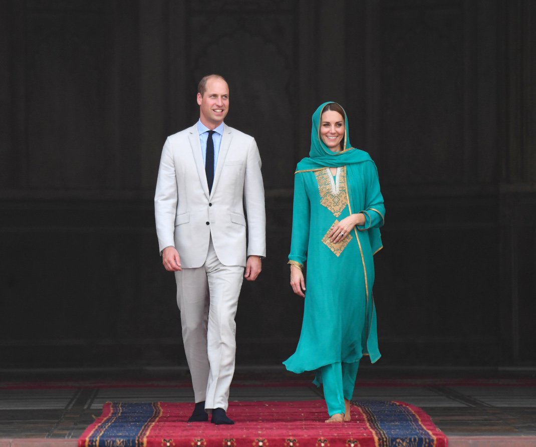 Ο πρίγκιπας Γουίλιαμ και η Κέιτ Μίντλετον περπατούν ξυπόλυτοι