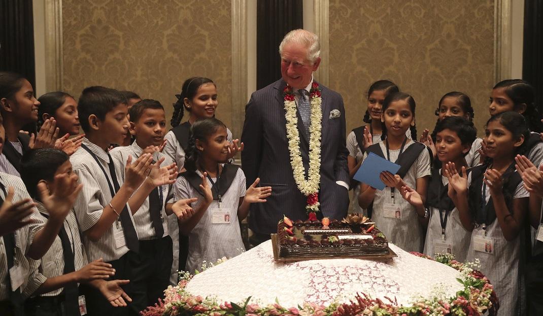 Ο πρίγκιπας Κάρολος σβήνει τα κεράκια της τούρτας του στην Ινδία