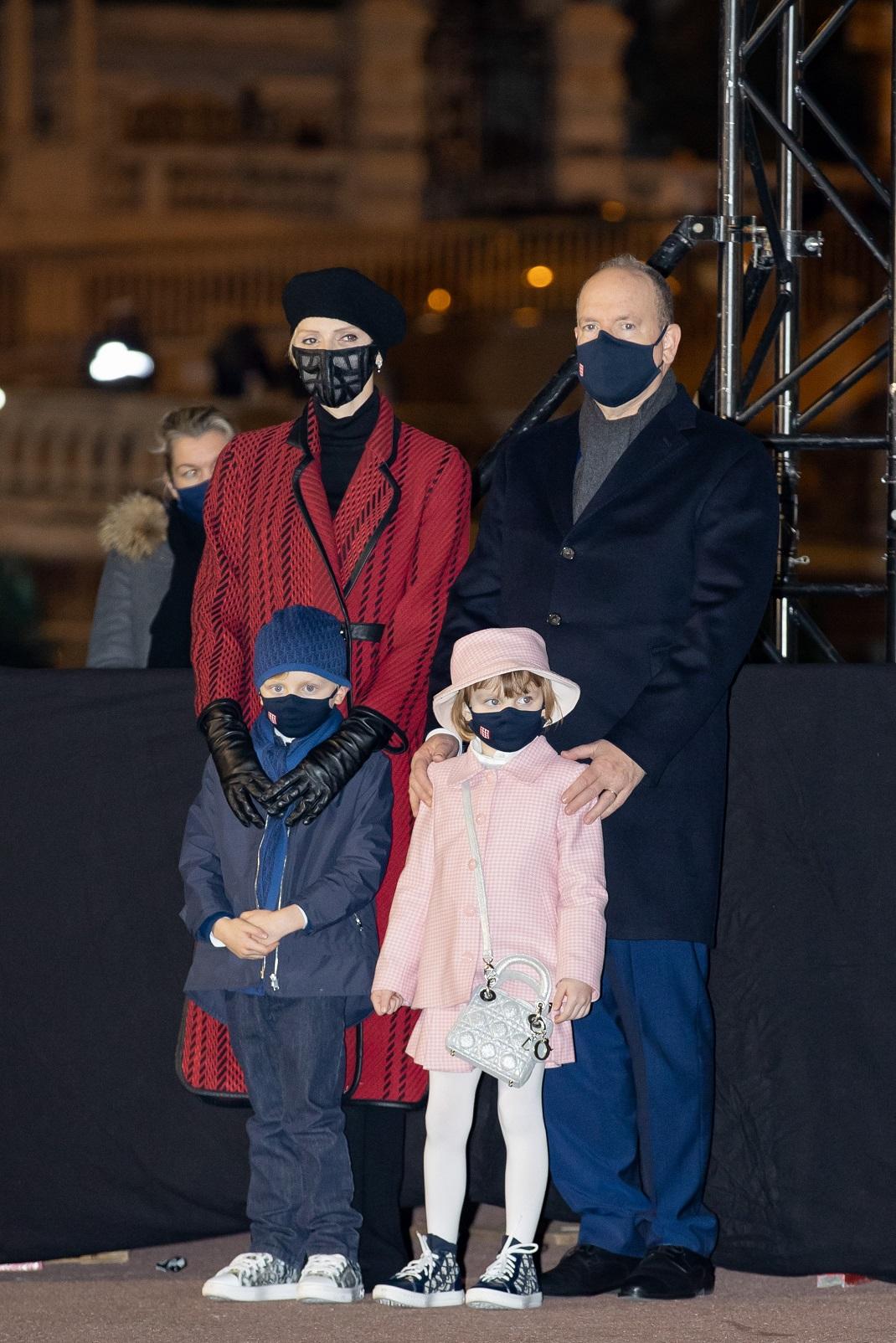 η πριγκίπισσα Σαρλίν του Μονακό με κόκκινο παλτό