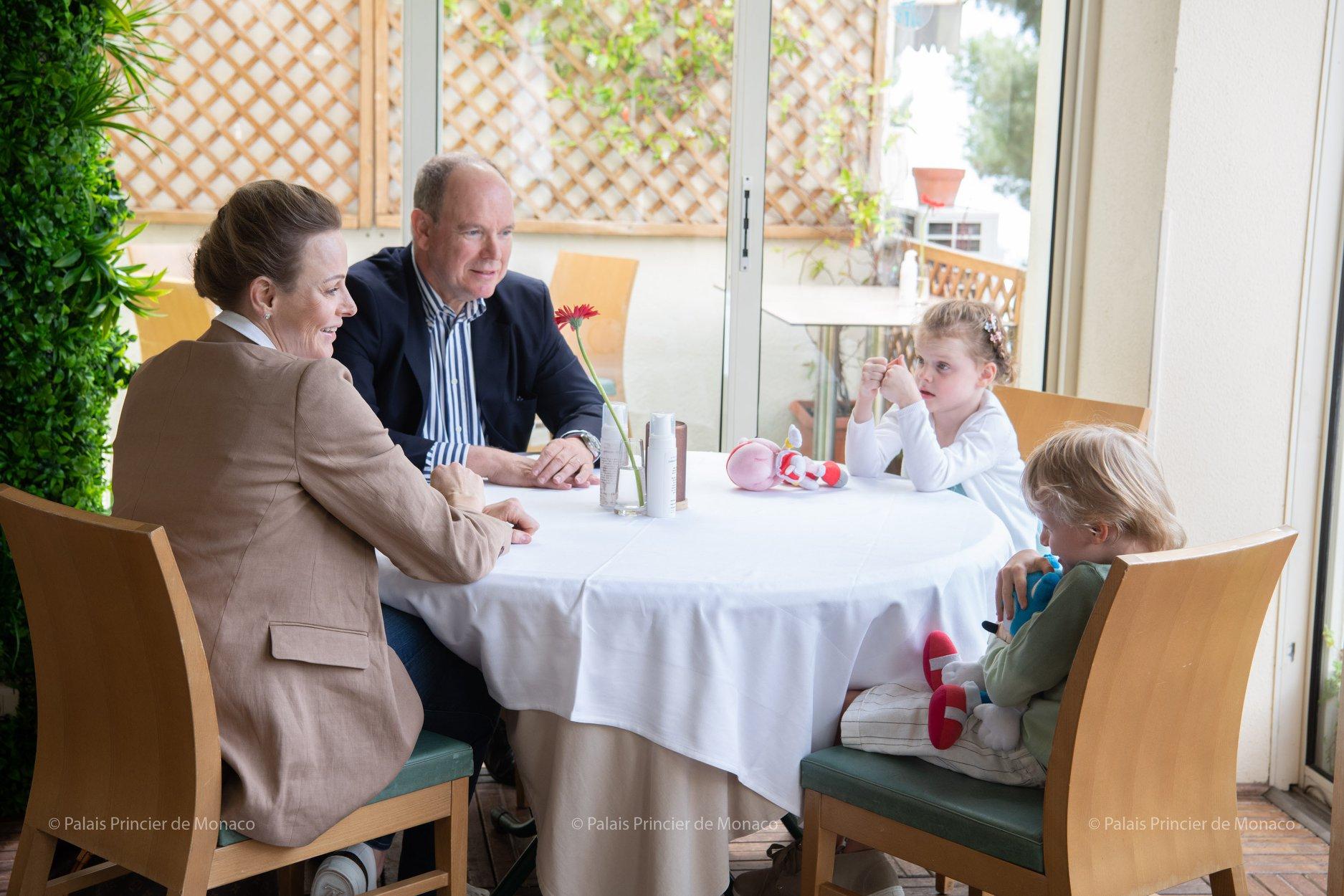 η πριγκίπισσα Σαρλίν του Μονακό με τον πρίγκιπα Αλβέρτο και τα παιδιά τους