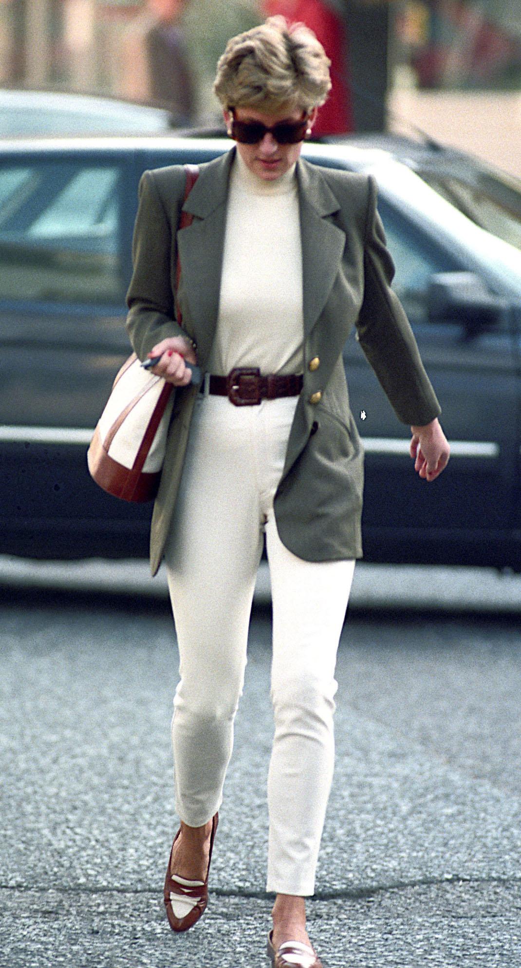 Η πριγκίπισσα Νταϊάνα με γυαλιά και σακάκι στο δρόμο