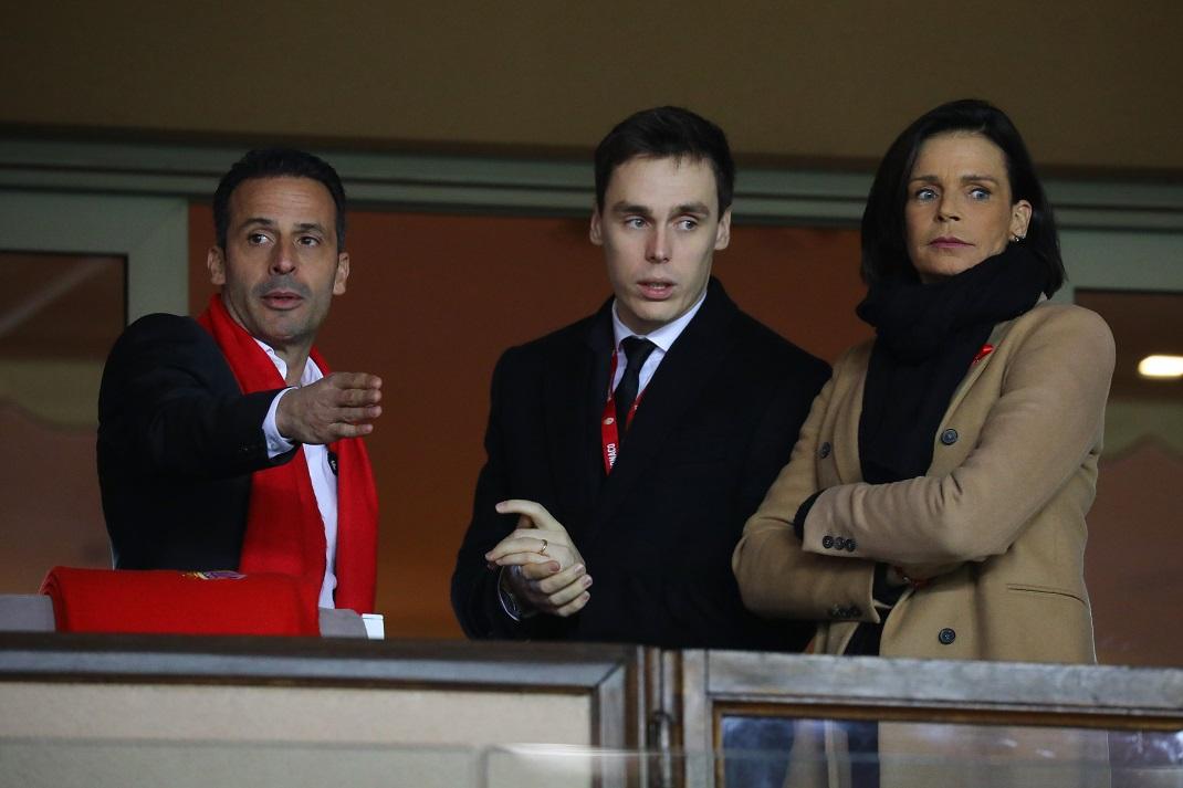 Η πριγκίπισσα Στεφανί του Μονακό με καμηλό παλτό και ο Λουί Ντουκρουέ με γραβάτα