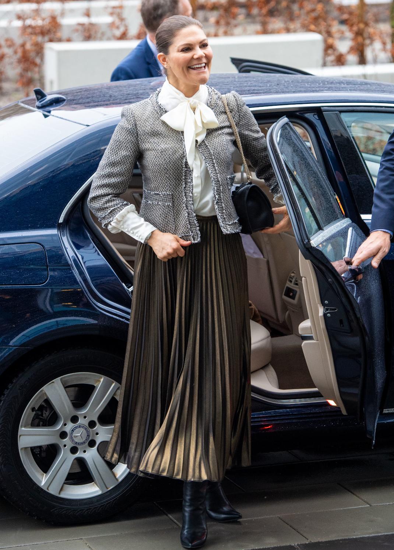 η πριγκίπισσα Βικτόρια της Σουηδίας βγαίνει από αυτοκίνητο με φούστα και πουκάμισο