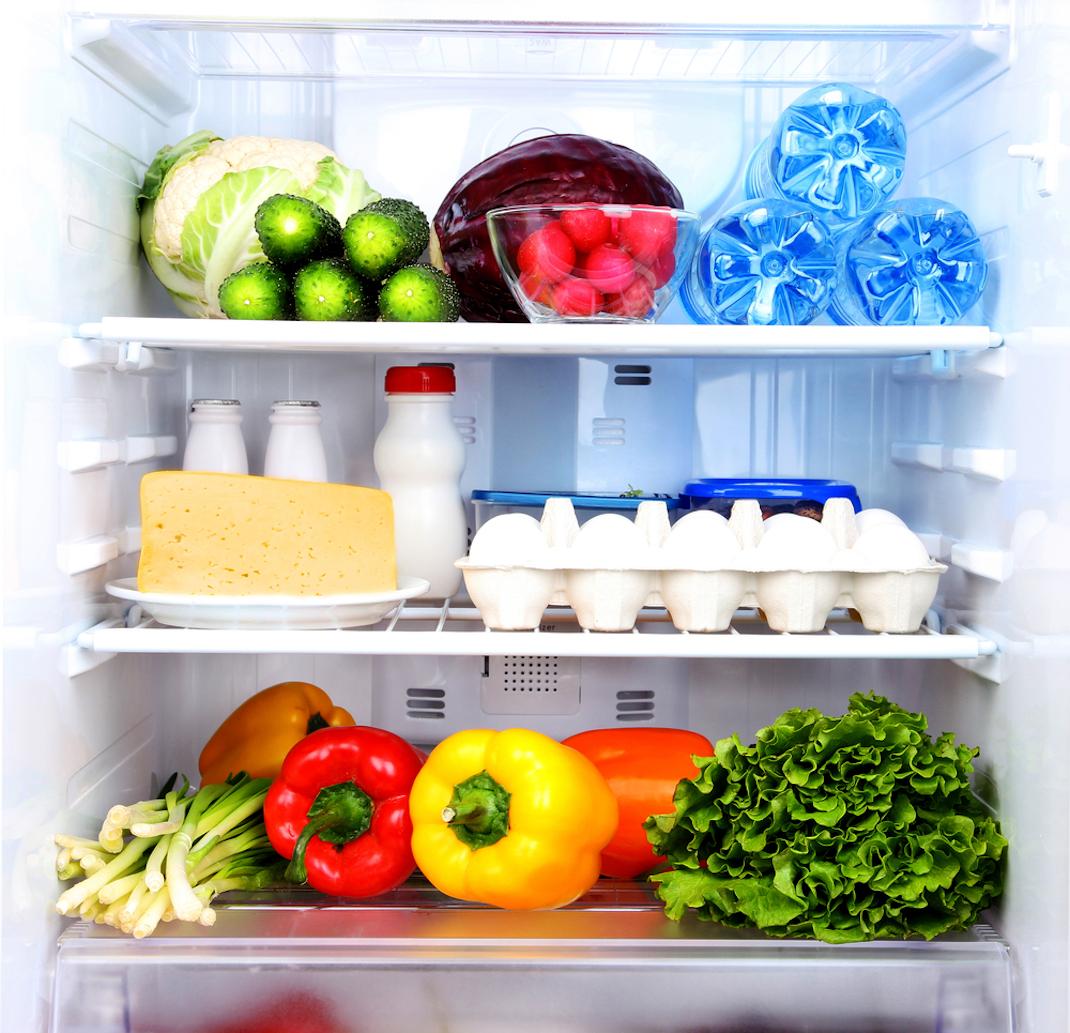 Το εσωτερικό ενός γεμάτου ψυγείου