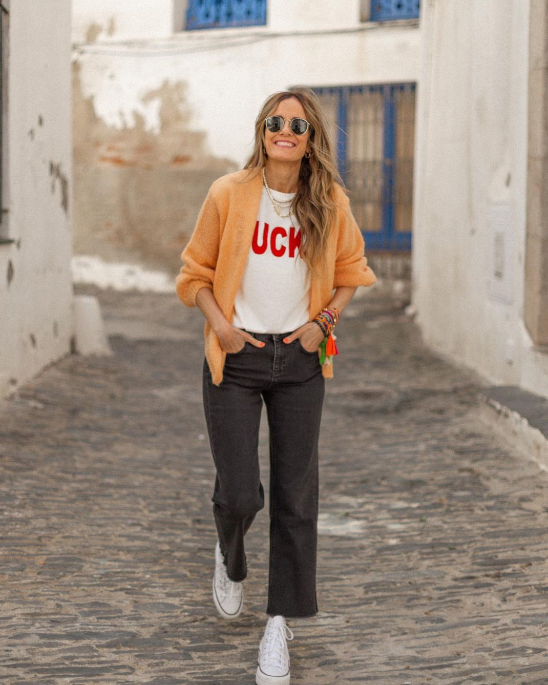 Woman black jean and sneakers
