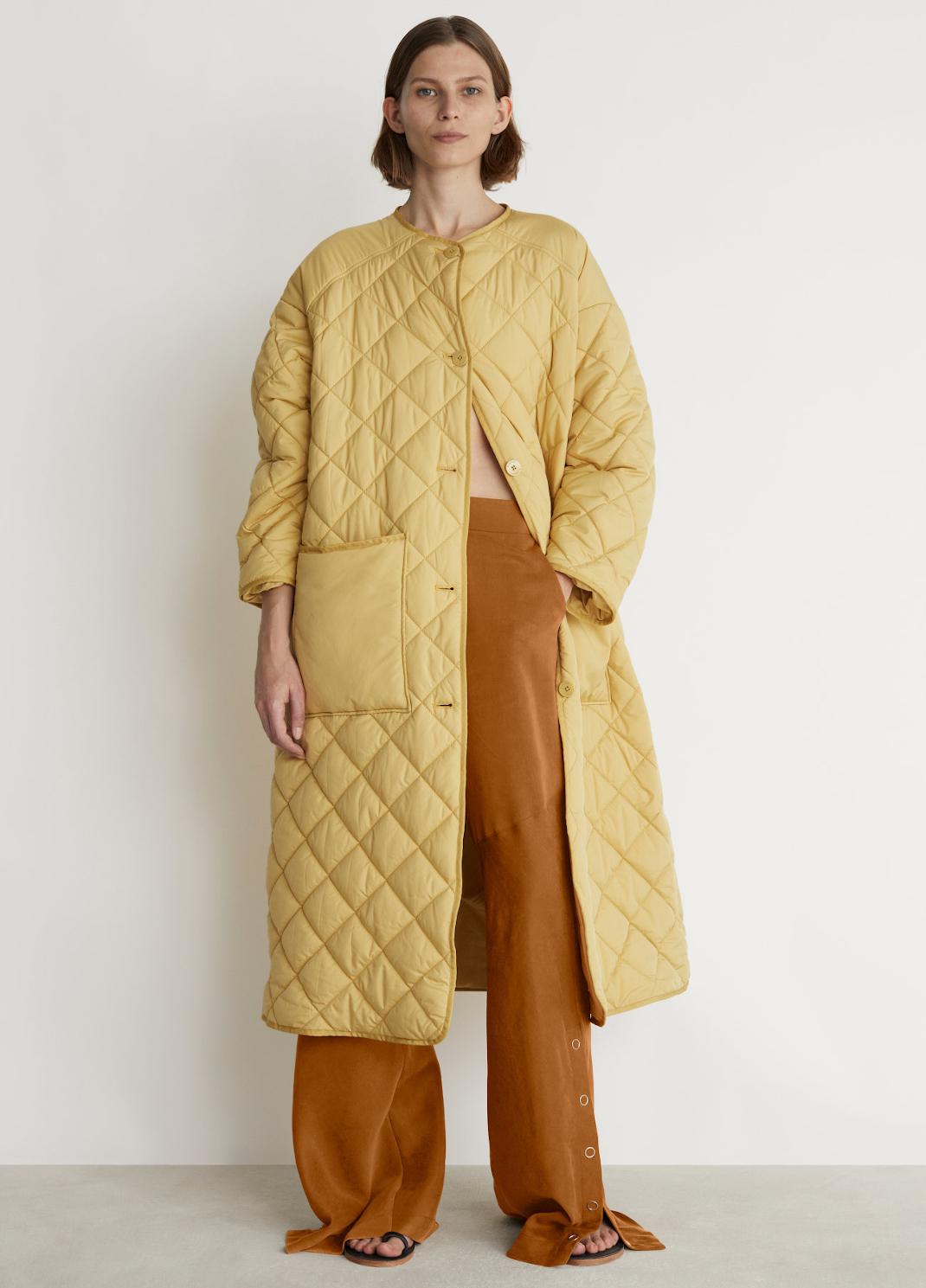 γυναίκα με κίτρινο παλτό Rodebjer