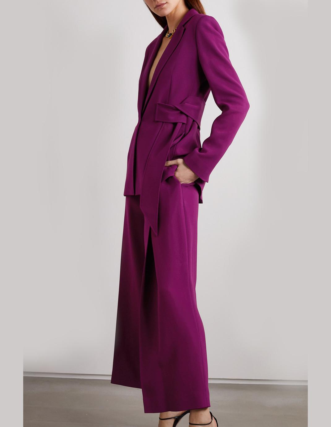 γυναίκα με βραδινό κοστούμι Roland Mouret