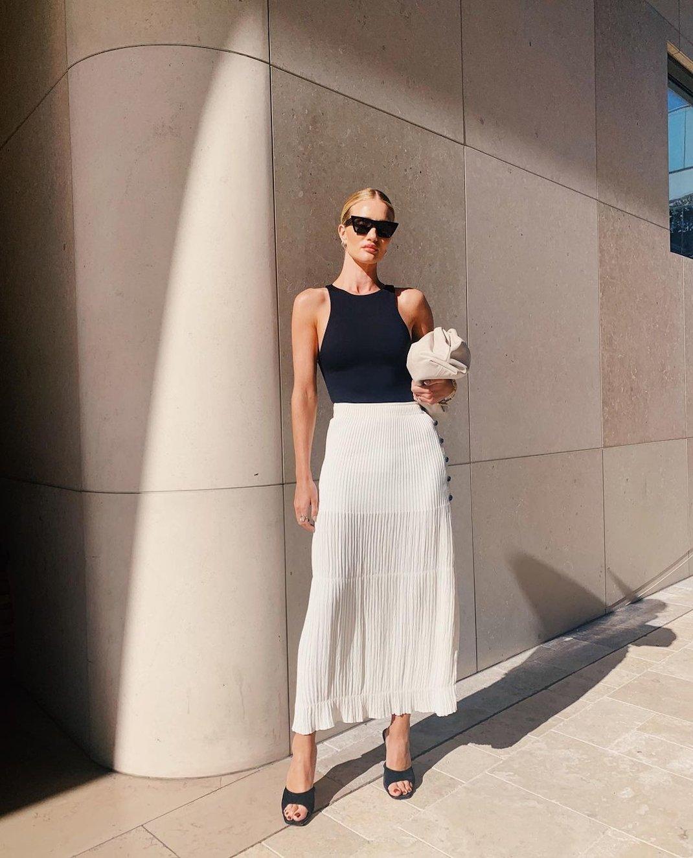 γυναίκα με ασπρόμαυρο ντύσιμο