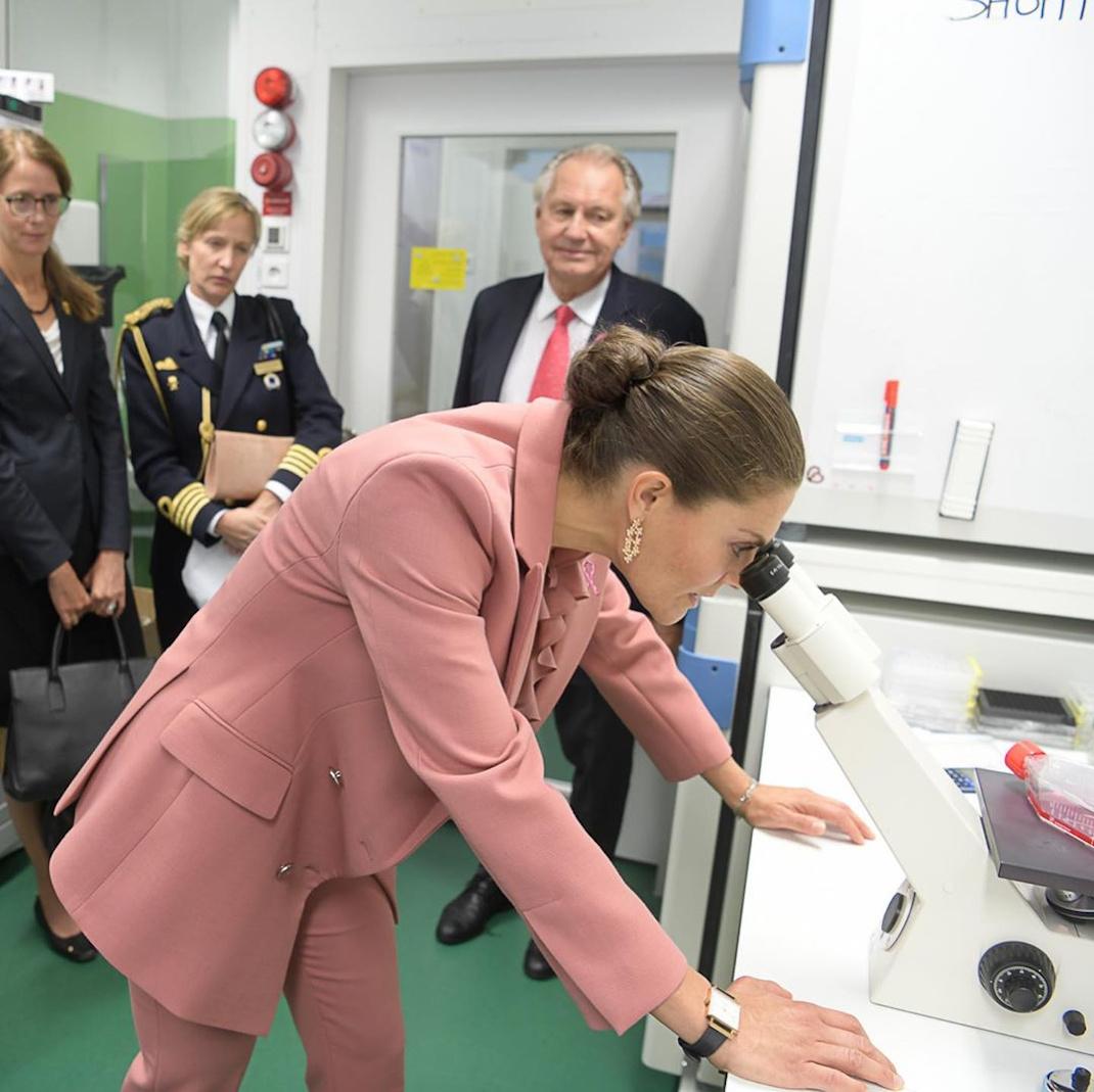 Η πριγκίπισσα Βικτόρια της Σουηδίας με ροζ κοστούμι