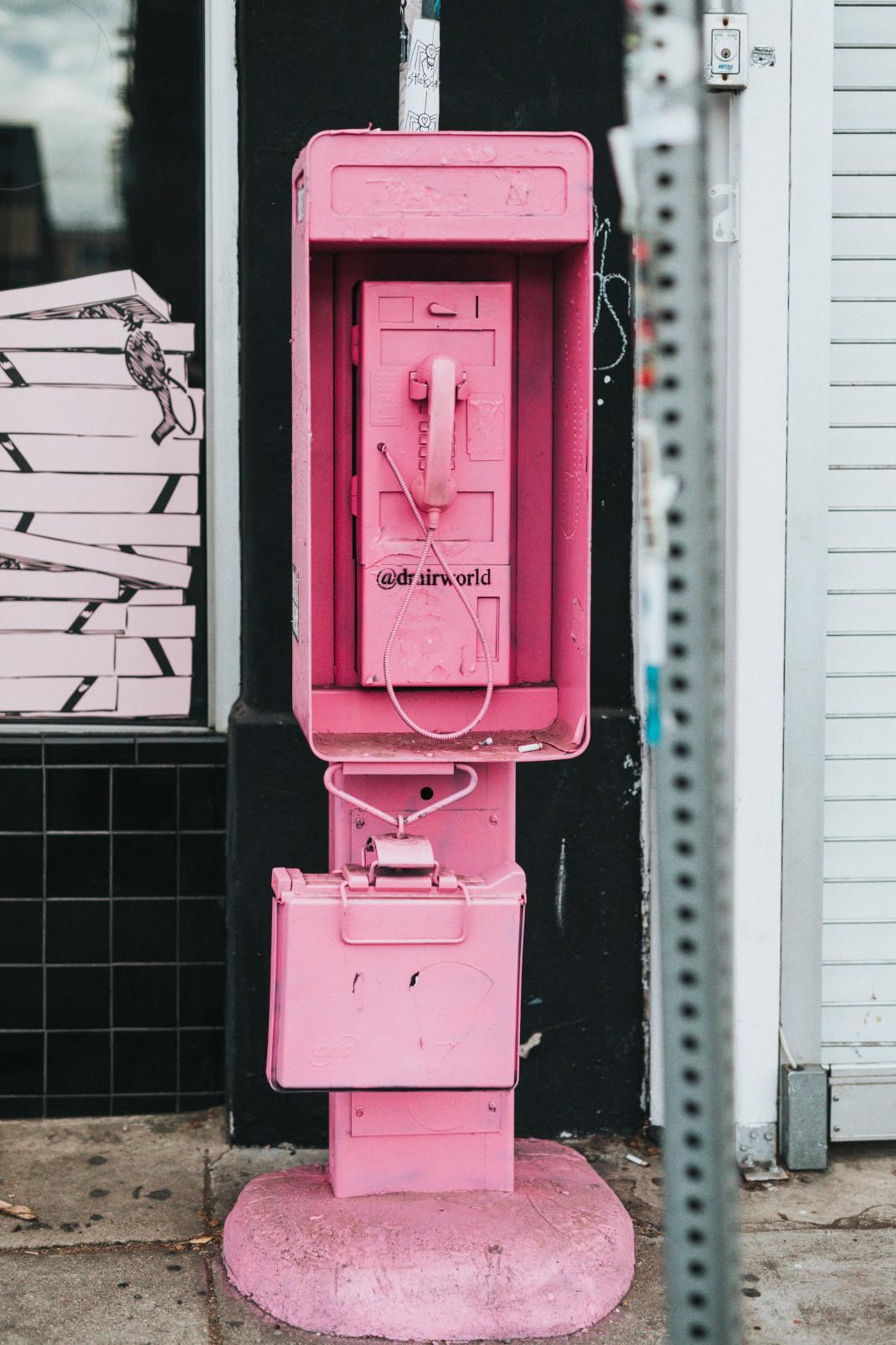 ροζ τηλέφωνο στο δρόμο