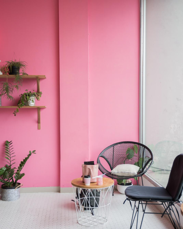 ροζ τοίχος σε σαλόνι