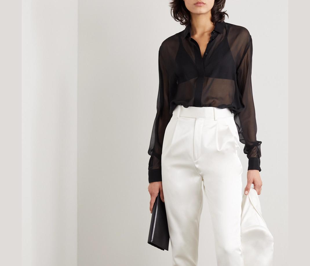 γυναίκα με μαύρη μπλούζα Saint Laurent
