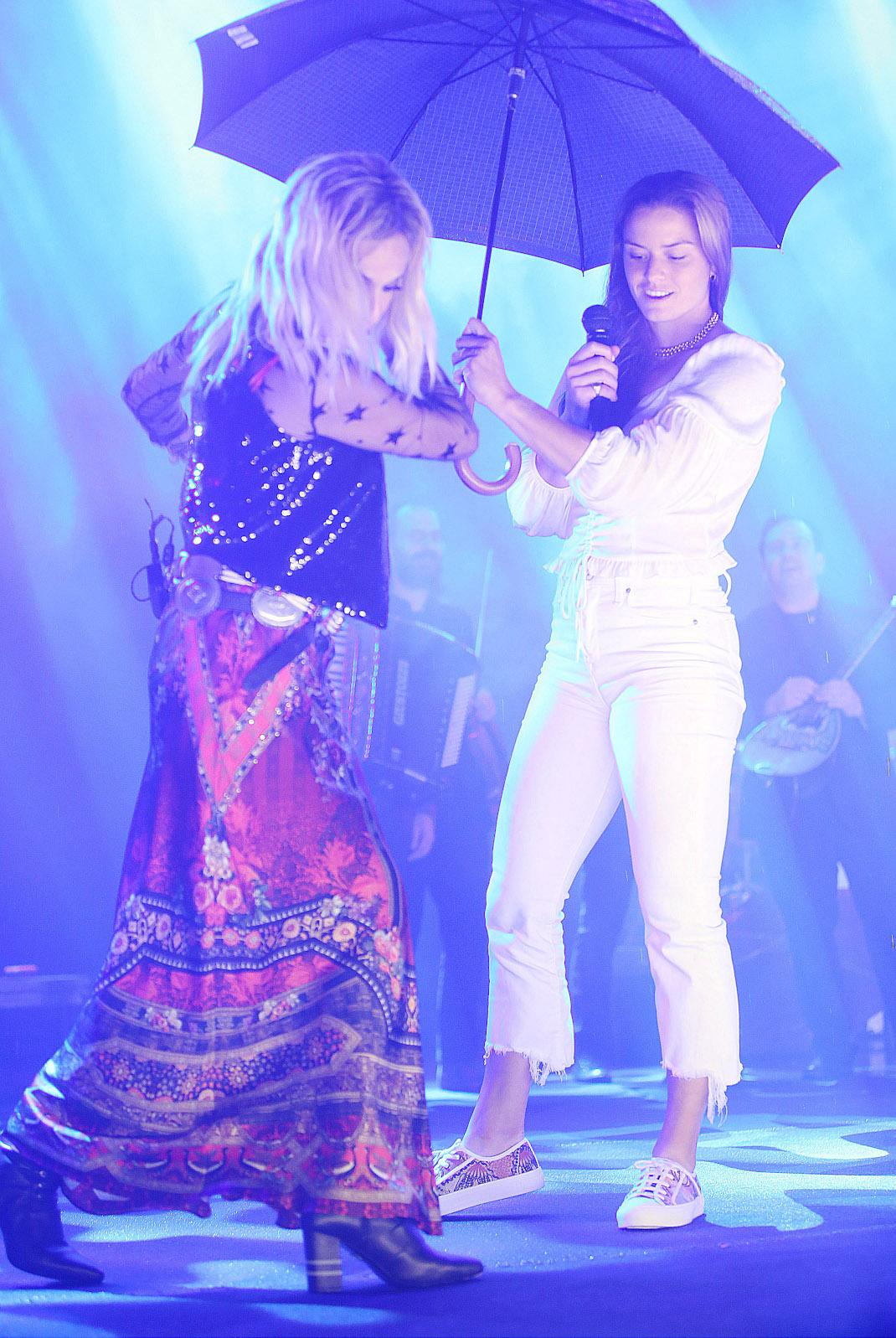 H Mαρία Σάκκαρη στην συναυλία της Αννας Βίσση
