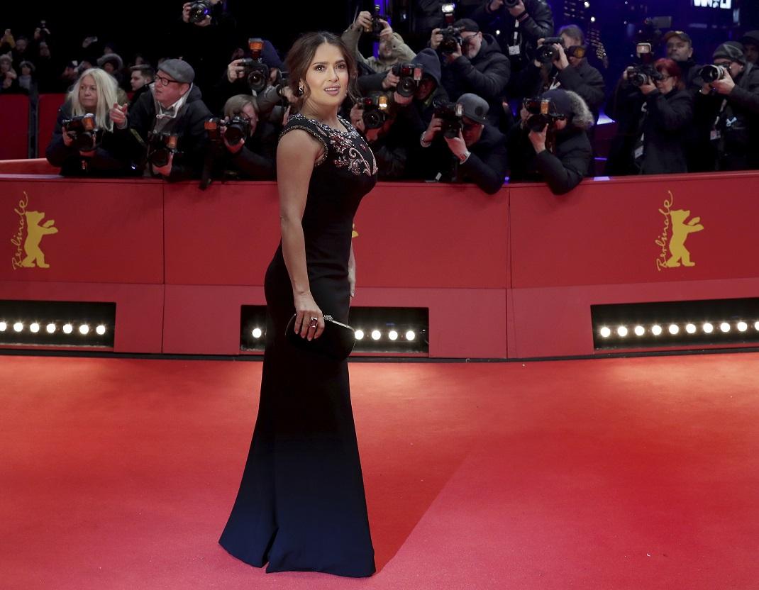 Η Σάλμα Χάγιεκ με μαύρο στενό φόρεμα