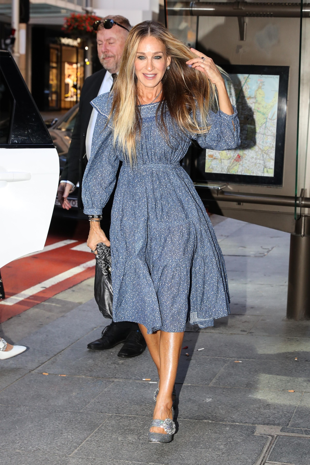Η Σάρα Τζέσικα Πάρκερ με φλοράλ φόρεμα και λαμπερά γοβάκια
