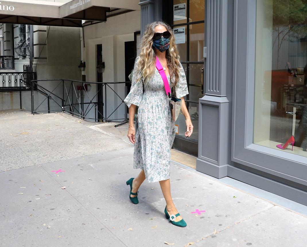 Η Σάρα Τζέσικα Πάρκερ με φλοράλ φόρεμα