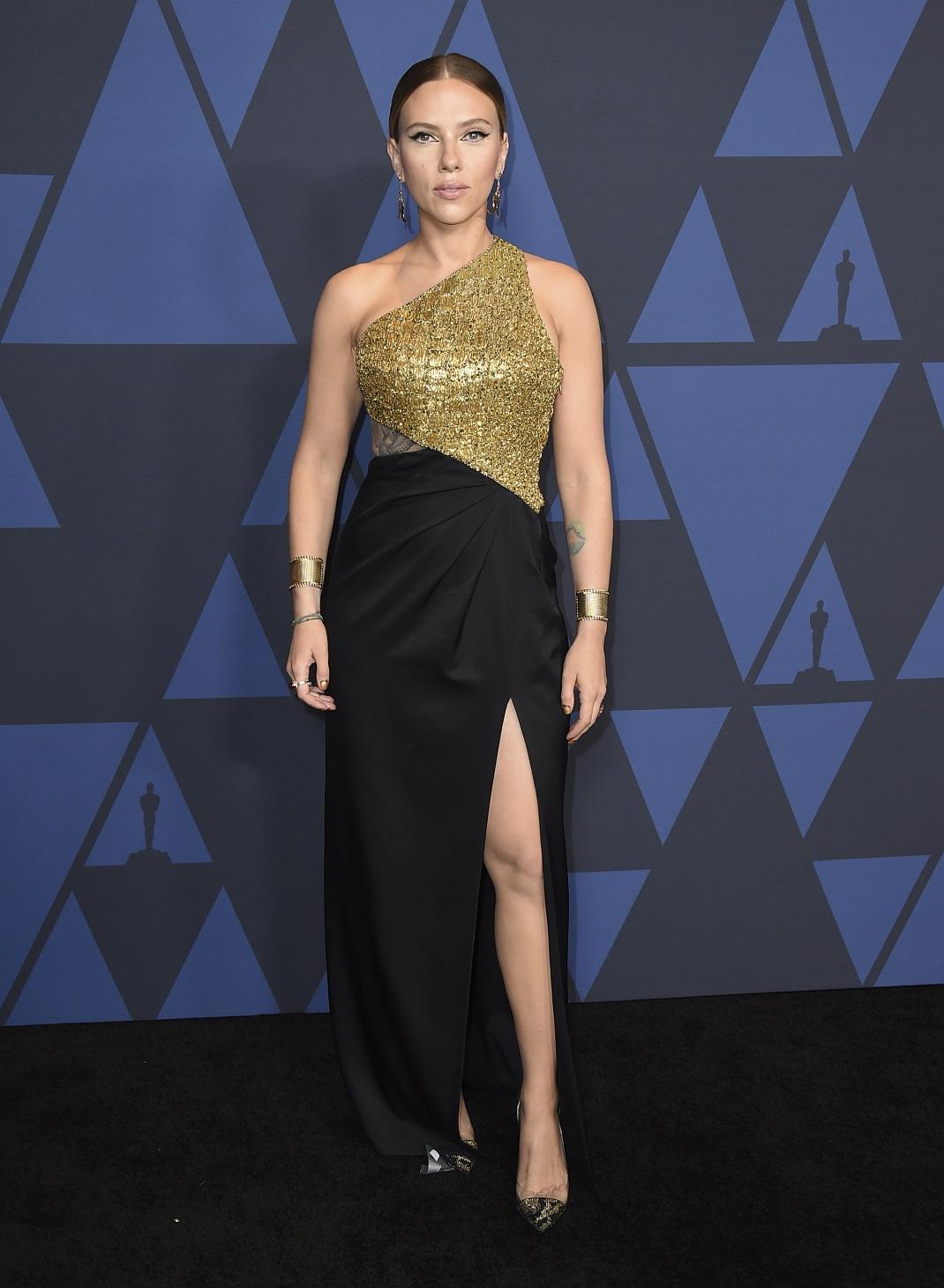 Η Σκάρλετ Γιόχανσον με χρυσό και μαύρο φόρεμα