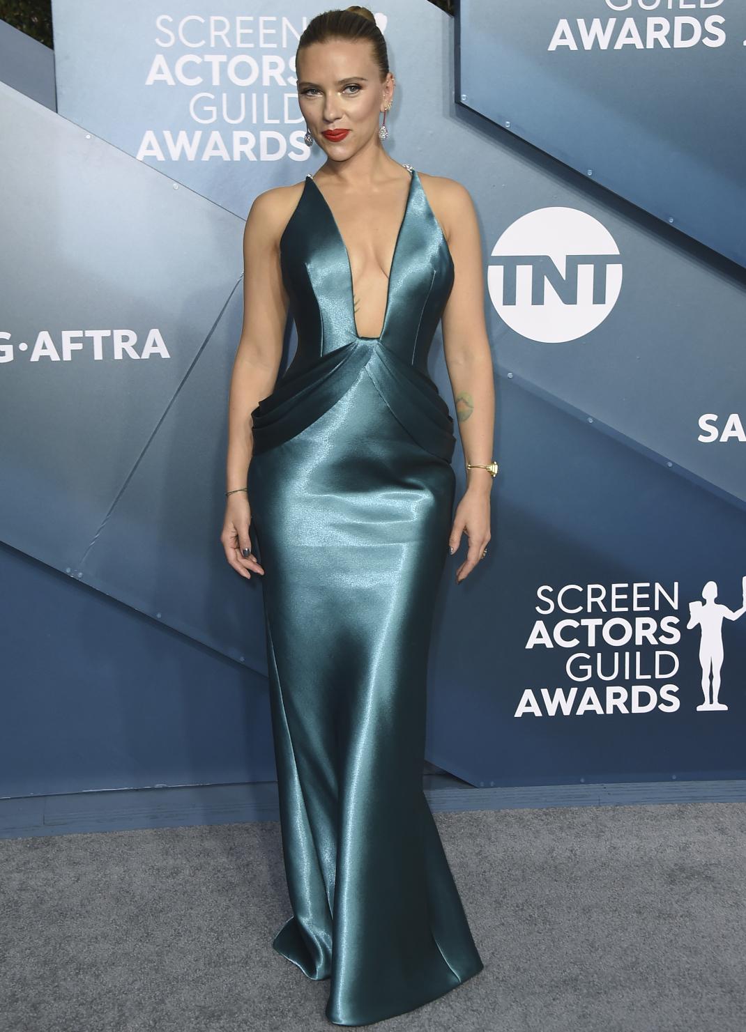 Η Scarlett Johansson στο κόκκινο χαλί των SAG Awards