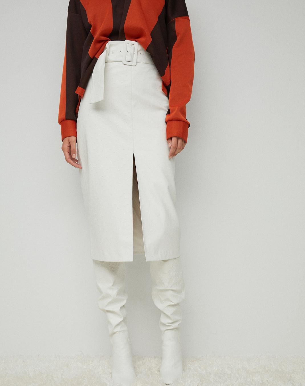 γυναίκα με δερμάτινη φούστα