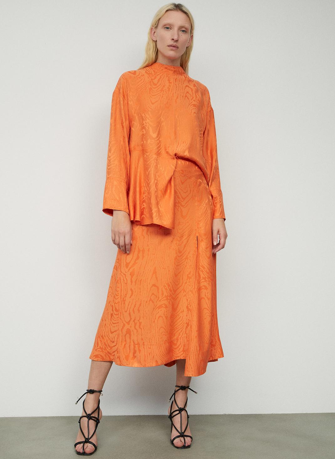 γυναίκα με σατέν φούστα Sfera