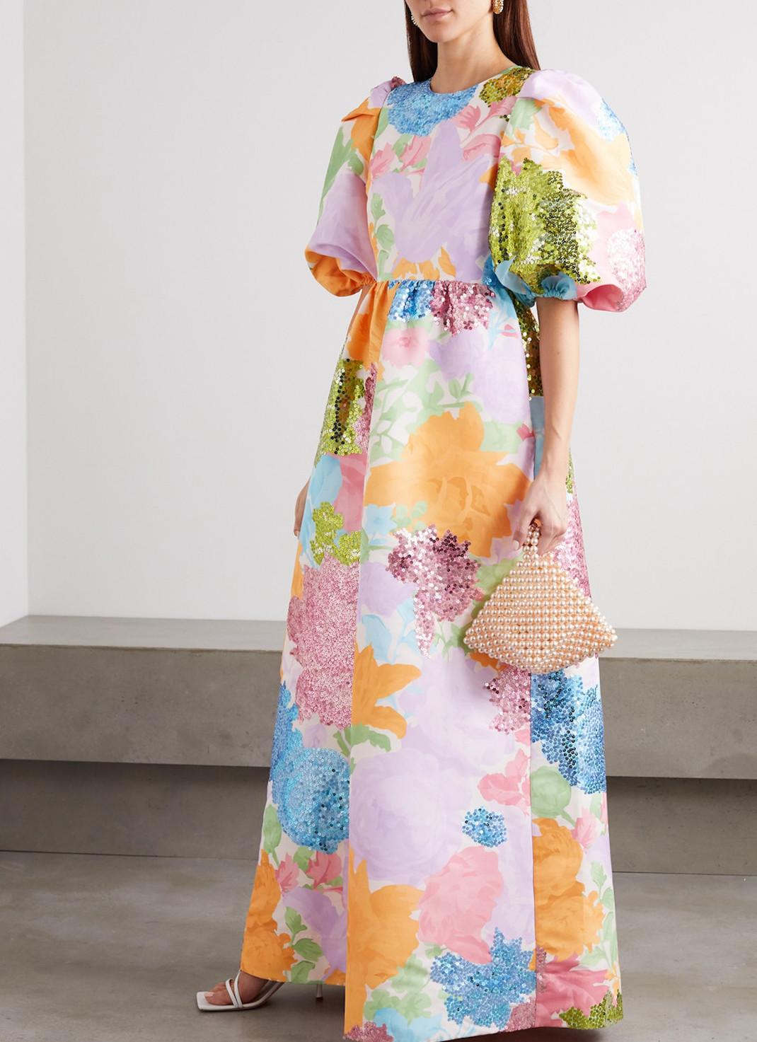 μοντέλο με παστέλ φόρεμα Stine Goya