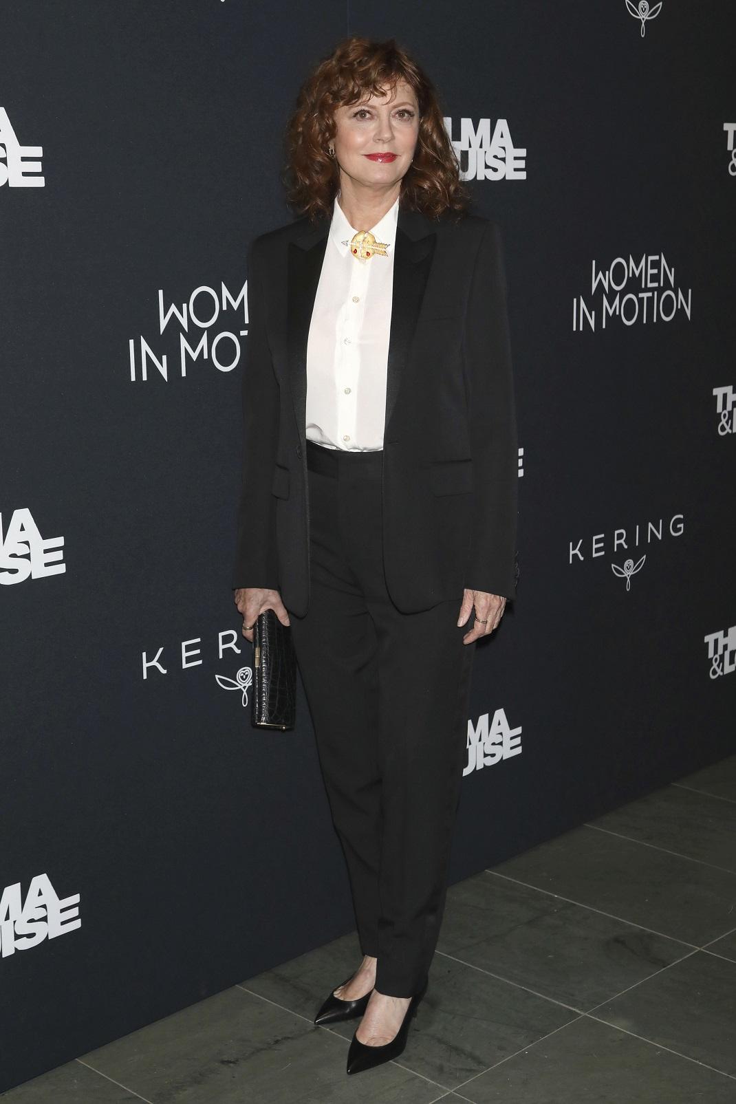 Η Σούζαν Σαράντον με μαύρο κοστούμι και μαύρες γόβες