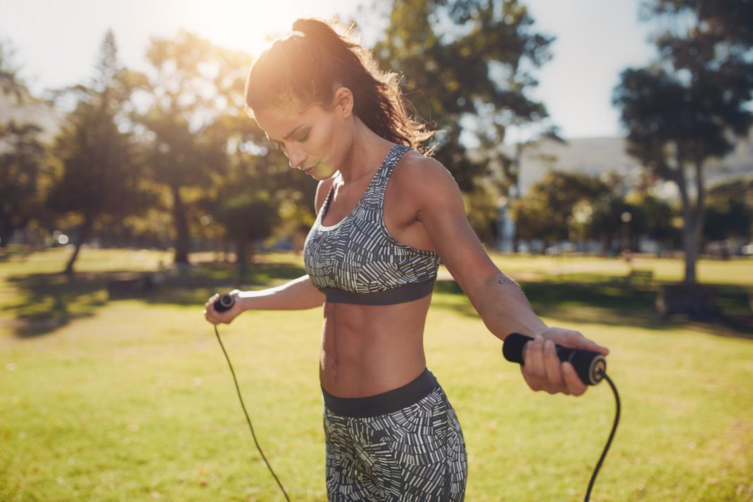 Γυναίκα κάνει σχοινάκι για να κάψει θερμίδες