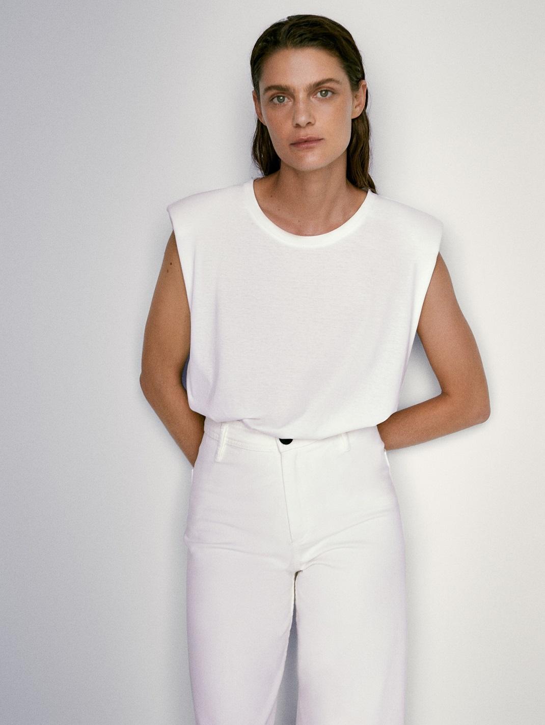 μοντέλο με ρούχα Massimo Dutti