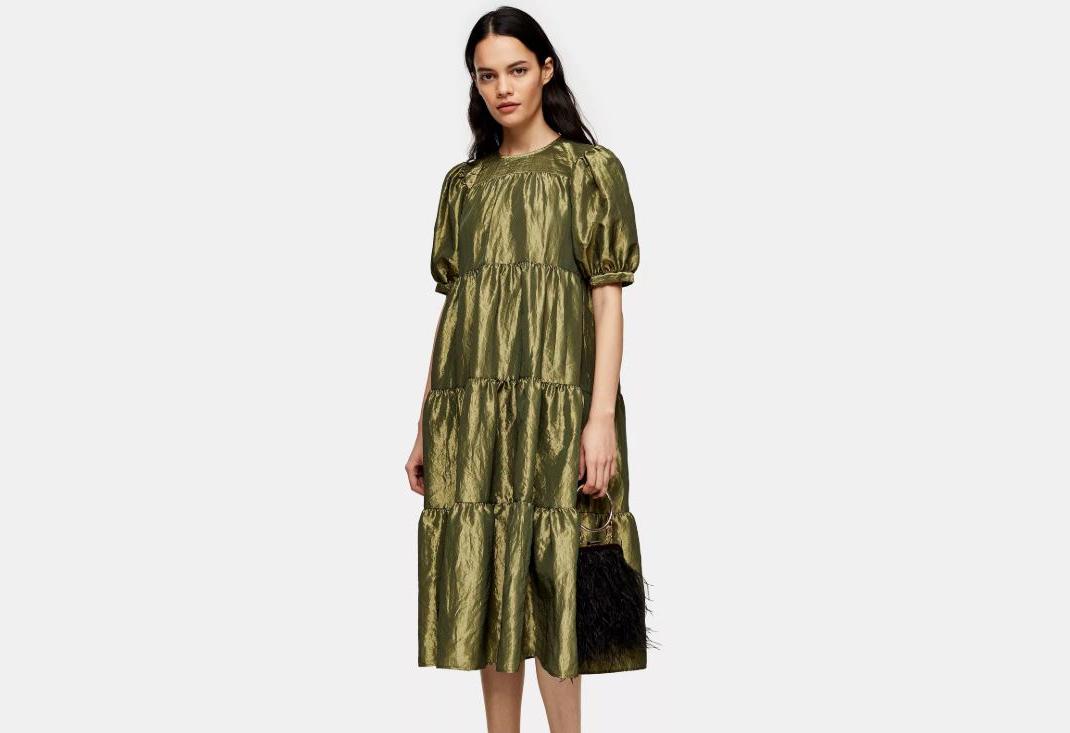 γυναίκα με oversized φόρεμα