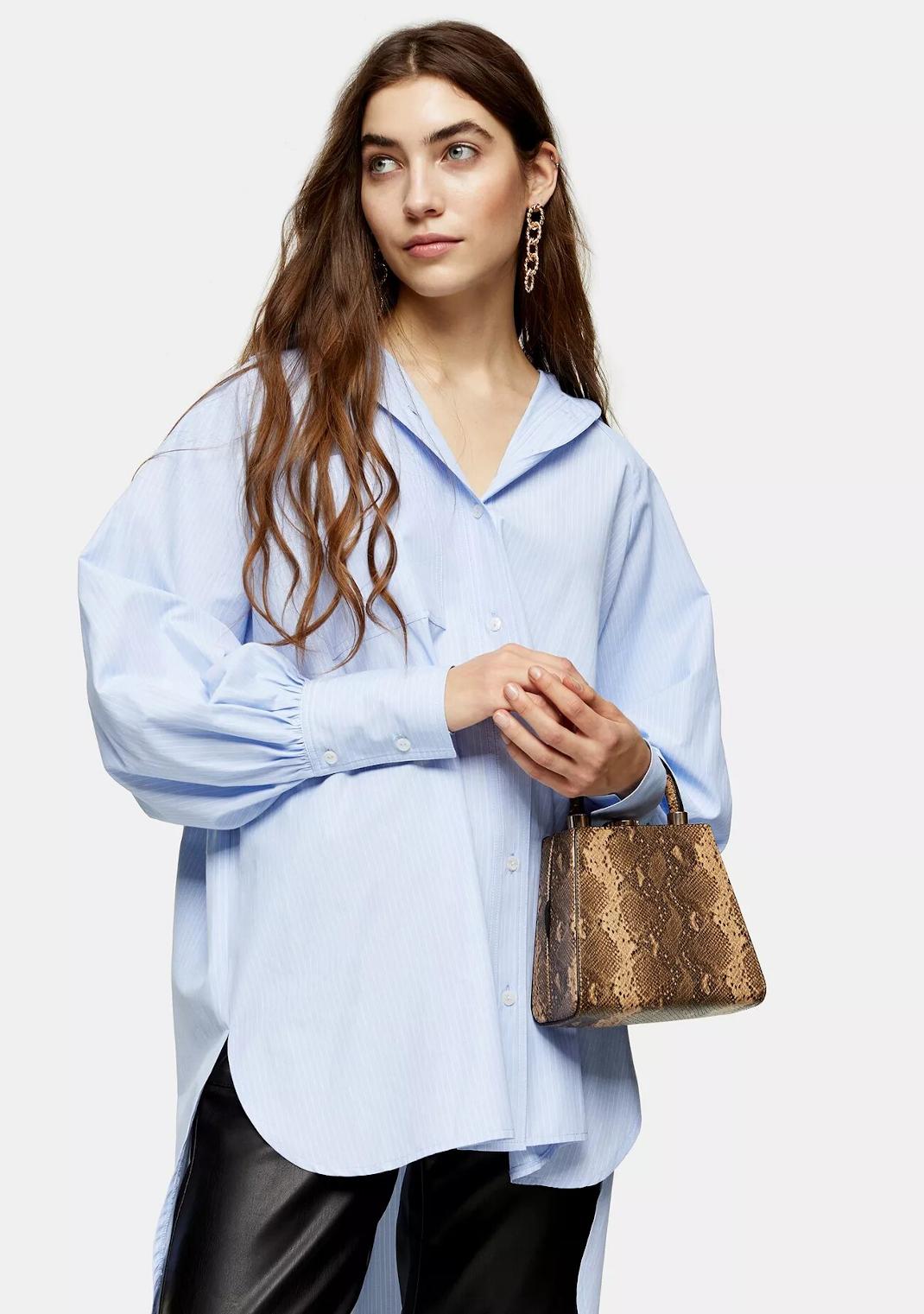 μοντέλο με μπλε πουκάμισο γραφείου