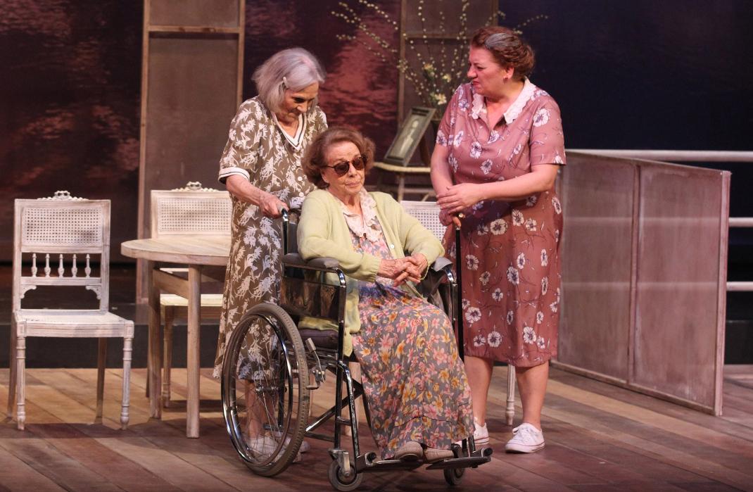 Η Ερση Μαλικένζου, η Τζένη Ρουσσέα και η Μαρία Αντουλινάκη επί σκηνής