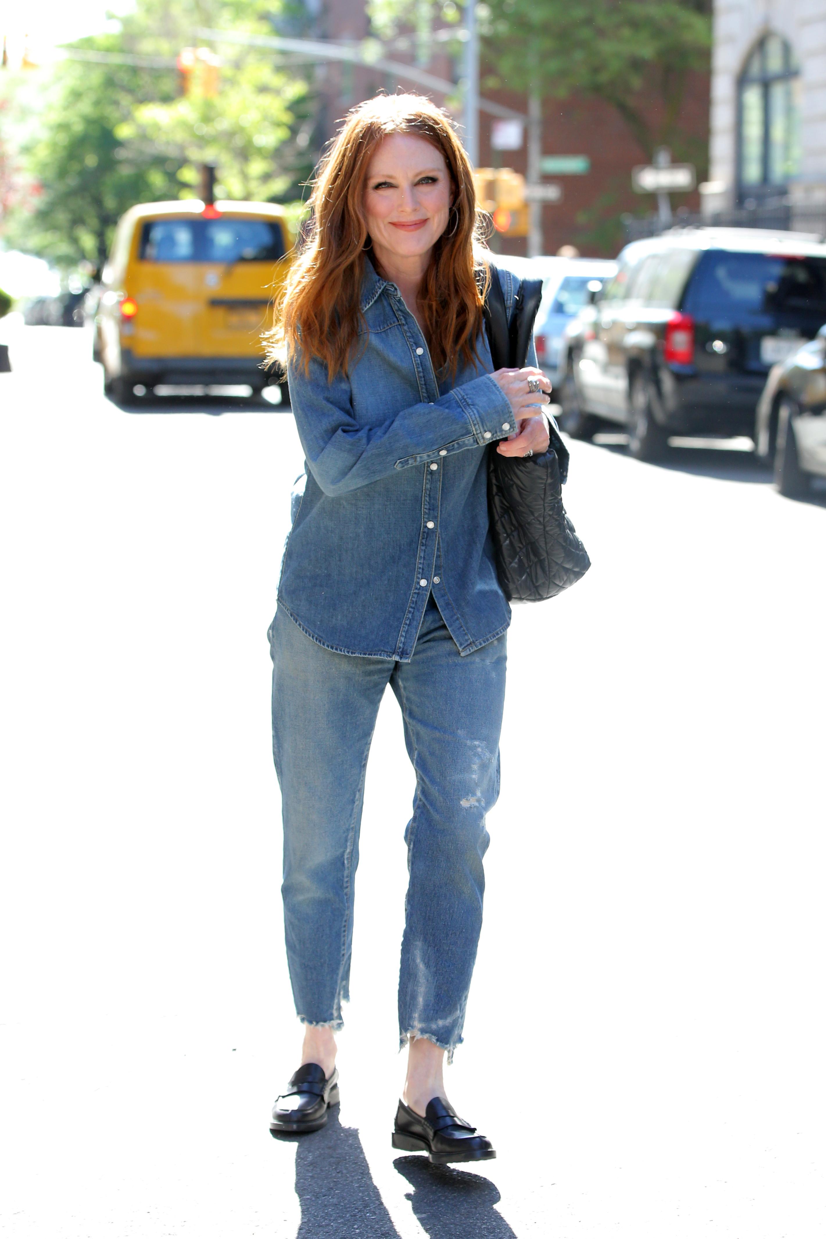 Η Τζούλιαν Μοορ στη Νέα Υόρκη με total denim outfit.