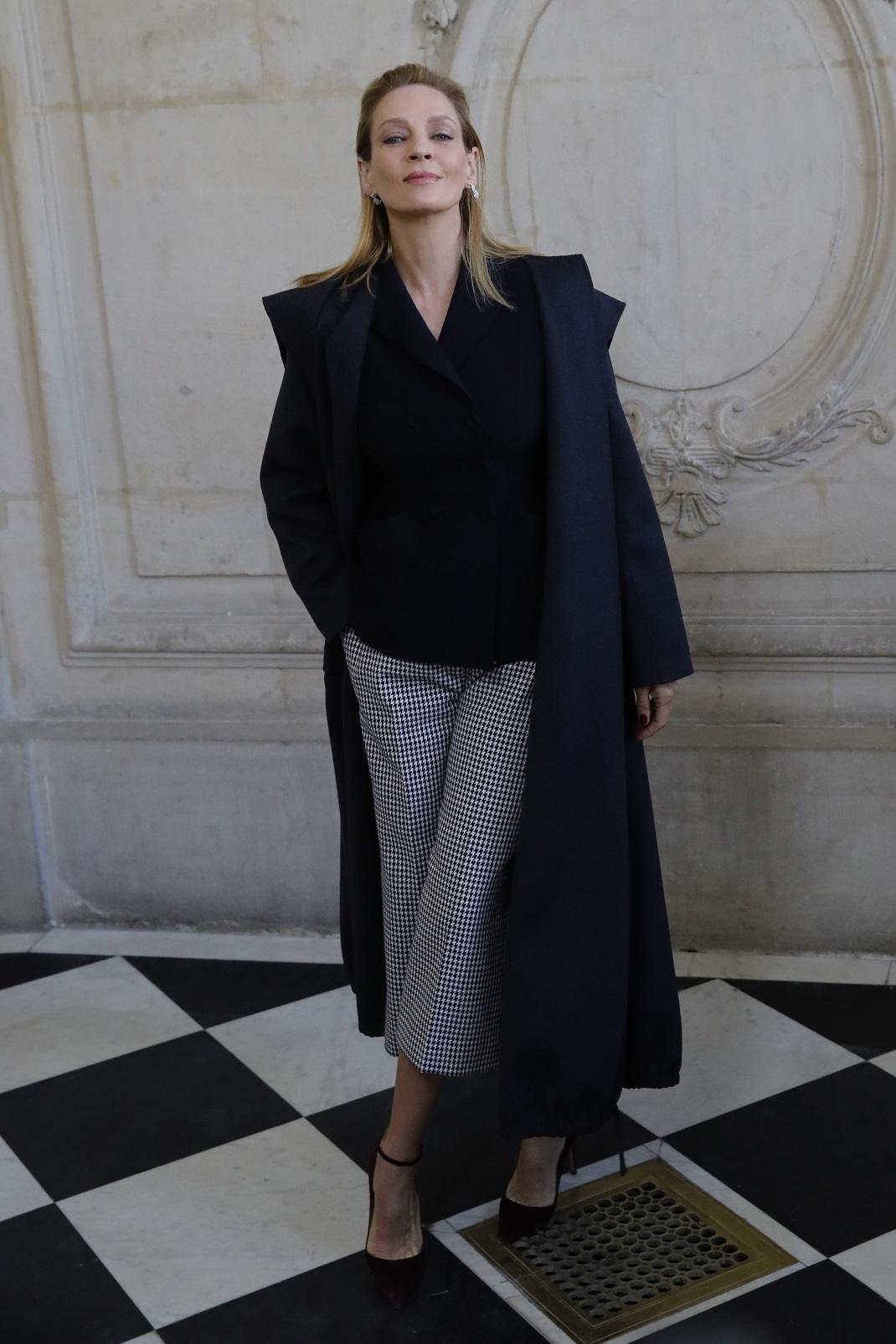 Η Ούμα Θέρμαν με γκρι παλτό στο Μουσείο Ροντέν