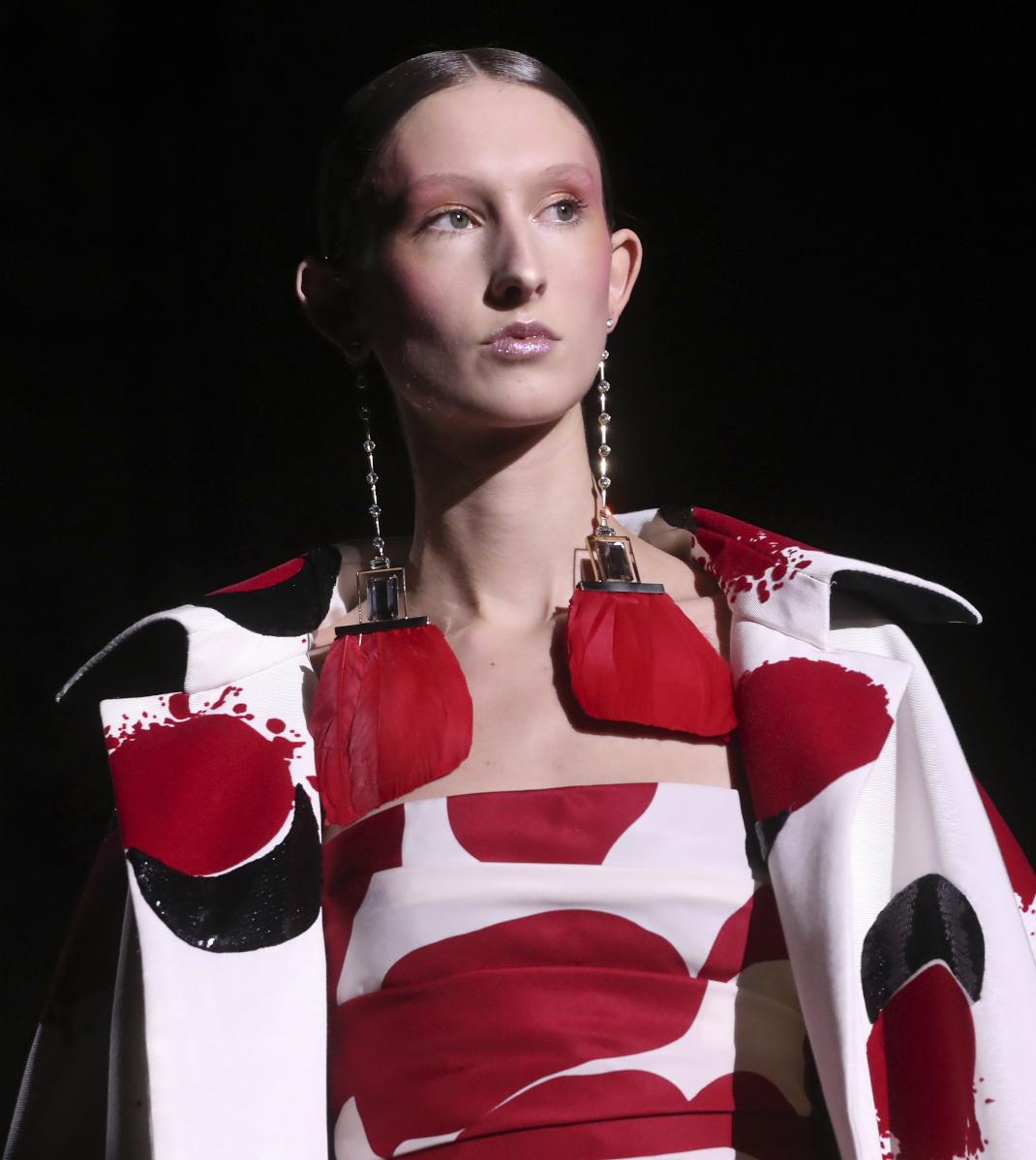 Μοντέλο στο catwalk του οίκου Valentino