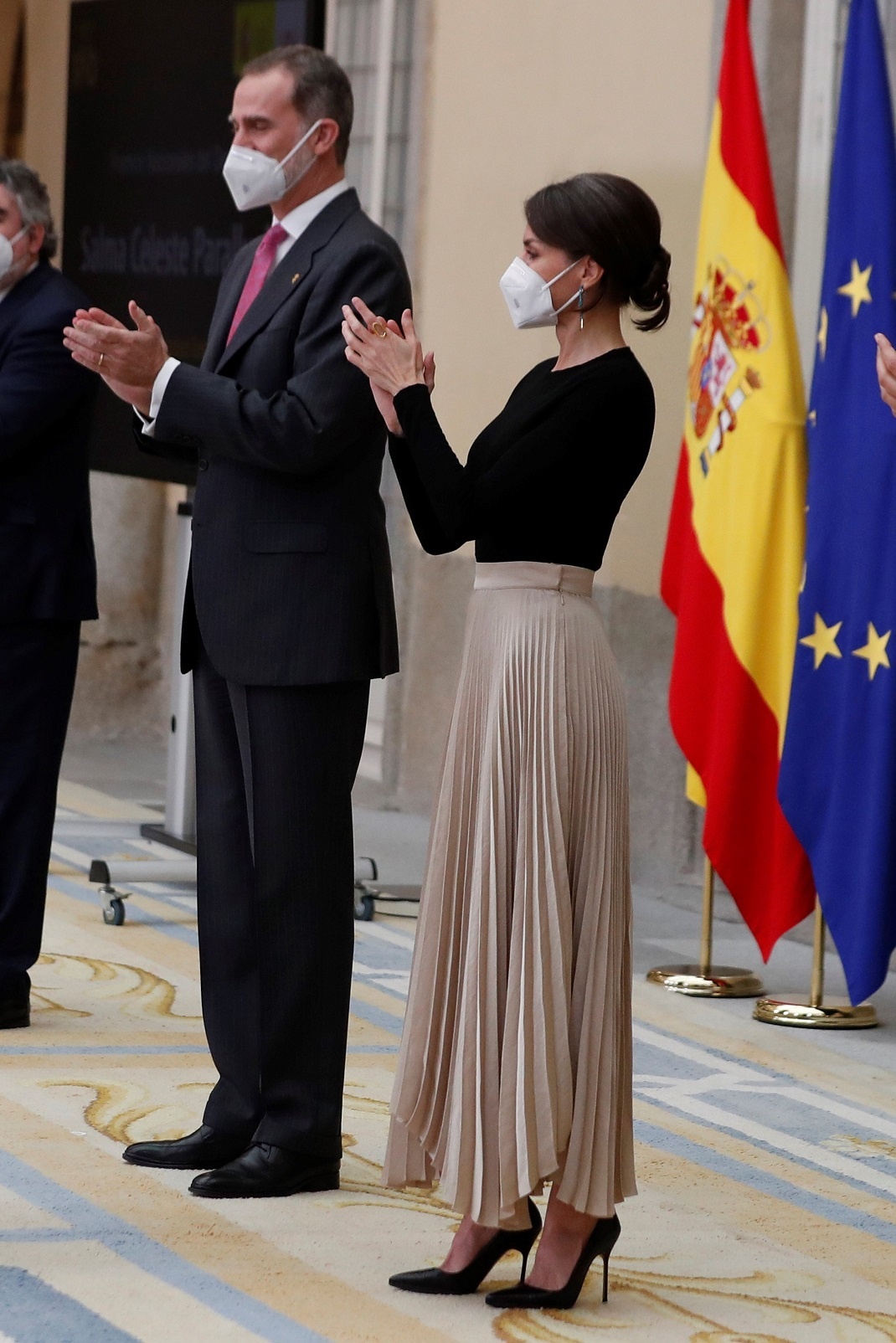 βασίλισσα Λετίθια με πλισέ φούστα